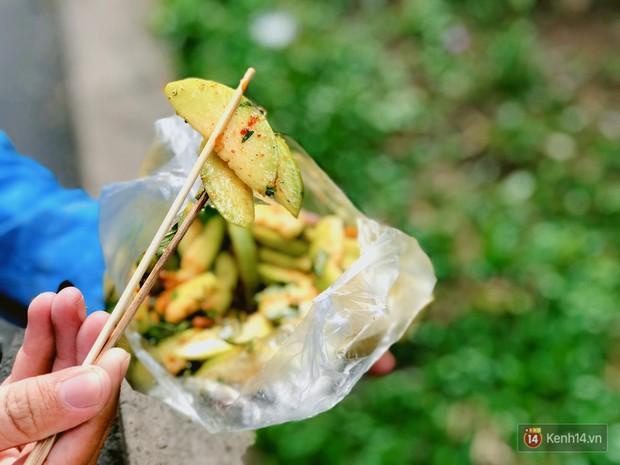 Xế chiều Sài Gòn mát trời, còn gì bằng nhâm nhi những món gỏi ăn vặt ngon tê tái như này - Ảnh 1.
