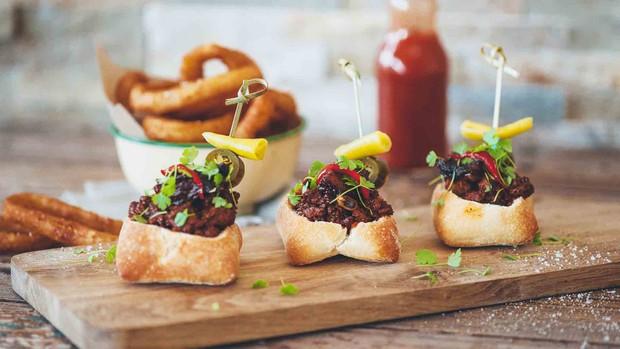 Độc đáo món bánh mì khoét ruột có cái tên dễ thương của đất nước Nam Phi - Ảnh 3.