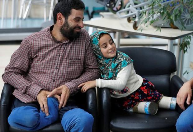 Kết thúc có hậu của cô bé Syria có đôi chân lon thiếc - Ảnh 1.