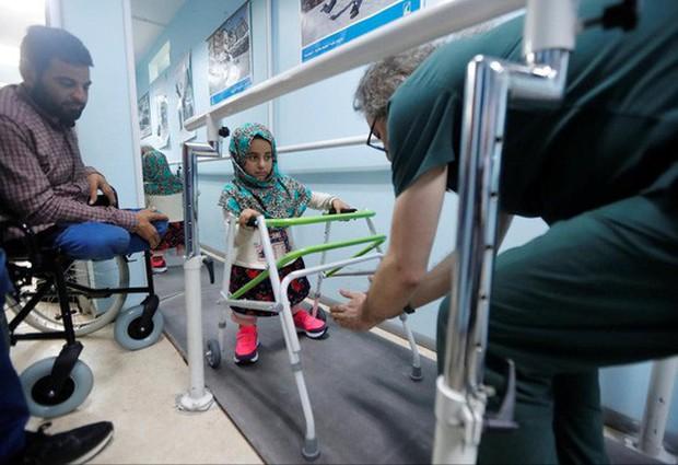 Kết thúc có hậu của cô bé Syria có đôi chân lon thiếc - Ảnh 3.