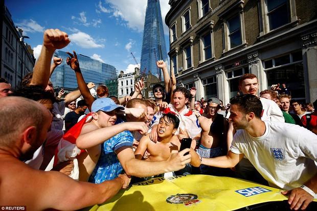 Từ Hoàng gia đến dân thường, cả nước Anh tưng bừng ăn mừng đội tuyển Anh vào bán kết World Cup sau 28 năm - Ảnh 9.