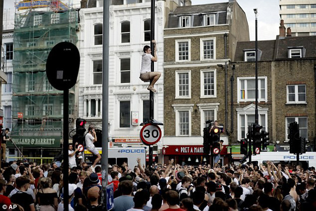 Từ Hoàng gia đến dân thường, cả nước Anh tưng bừng ăn mừng đội tuyển Anh vào bán kết World Cup sau 28 năm - Ảnh 10.