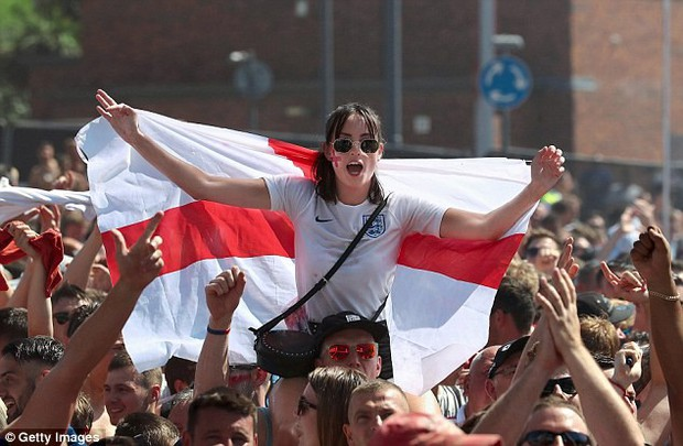 Từ Hoàng gia đến dân thường, cả nước Anh tưng bừng ăn mừng đội tuyển Anh vào bán kết World Cup sau 28 năm - Ảnh 14.