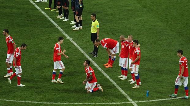 World Cup 2018: Đau đớn vì thất bại, CĐV Nga vẫn không quên dọn rác trên khán đài - Ảnh 1.