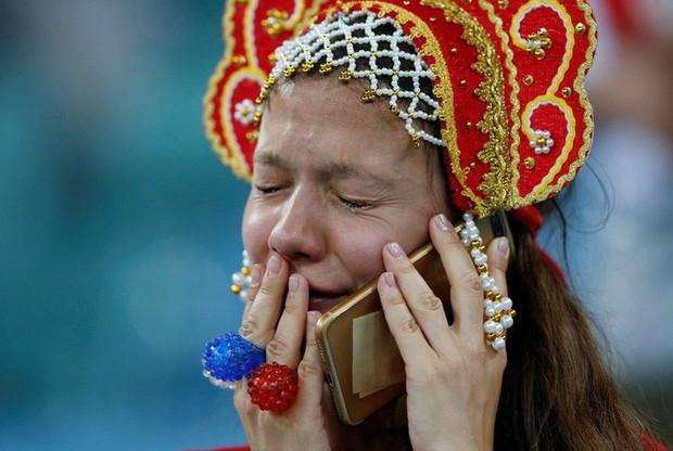 World Cup 2018: Đau đớn vì thất bại, CĐV Nga vẫn không quên dọn rác trên khán đài - Ảnh 2.