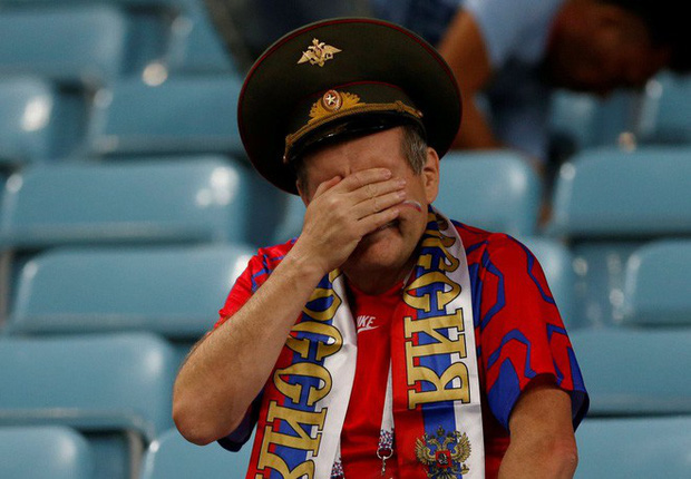 World Cup 2018: Đau đớn vì thất bại, CĐV Nga vẫn không quên dọn rác trên khán đài - Ảnh 3.