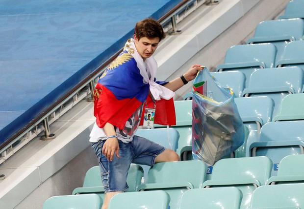 World Cup 2018: Đau đớn vì thất bại, CĐV Nga vẫn không quên dọn rác trên khán đài - Ảnh 5.