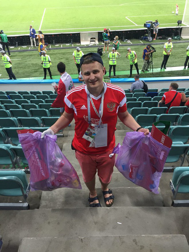 World Cup 2018: Đau đớn vì thất bại, CĐV Nga vẫn không quên dọn rác trên khán đài - Ảnh 6.