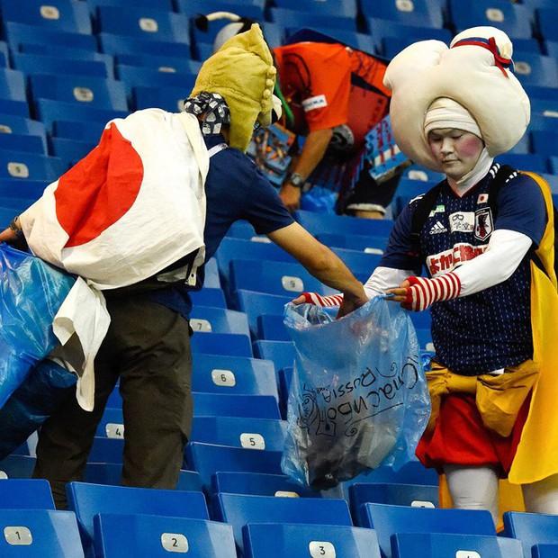 World Cup 2018: Đau đớn vì thất bại, CĐV Nga vẫn không quên dọn rác trên khán đài - Ảnh 7.