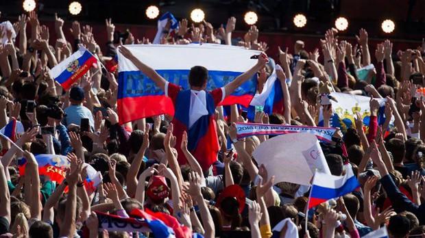 Vào tới tứ kết World Cup, tuyển Nga mừng công giữa biển người - Ảnh 2.