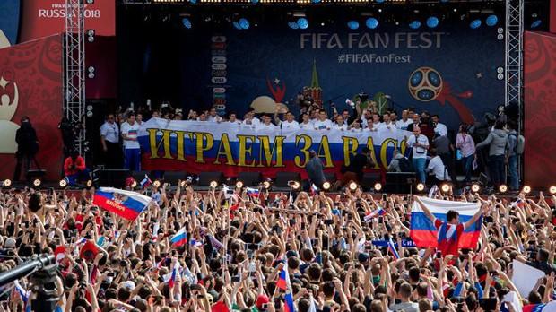Vào tới tứ kết World Cup, tuyển Nga mừng công giữa biển người - Ảnh 4.