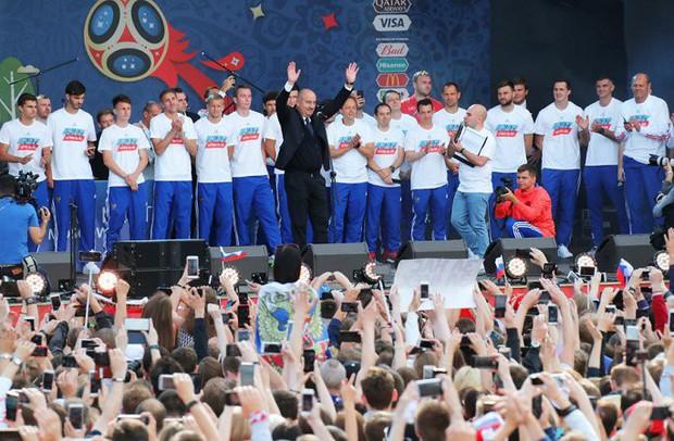 Vào tới tứ kết World Cup, tuyển Nga mừng công giữa biển người - Ảnh 5.