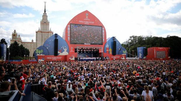 Vào tới tứ kết World Cup, tuyển Nga mừng công giữa biển người - Ảnh 6.
