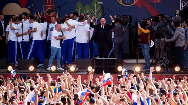 Vào tới tứ kết World Cup, tuyển Nga mừng công giữa biển người - Ảnh 8.