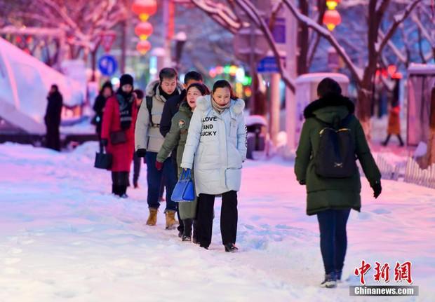Mưa tuyết, giá lạnh tràn xuống Trung Quốc: Sinh viên cầm ô, xếp hàng lên lớp - Ảnh 14.