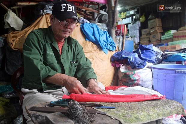 Chú Tí hơn 40 năm hành nghề lạ ở chợ Đông Ba: Vá áo mưa tàu ngầm cho người nghèo với giá 5 nghìn đồng - Ảnh 2.