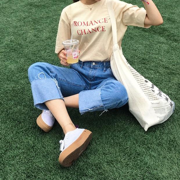 Quần jeans ống rộng gập gấu: không phải người ta trót mua quần dài rồi xắn lên cho ngắn đâu, là hot trend đấy! - Ảnh 8.