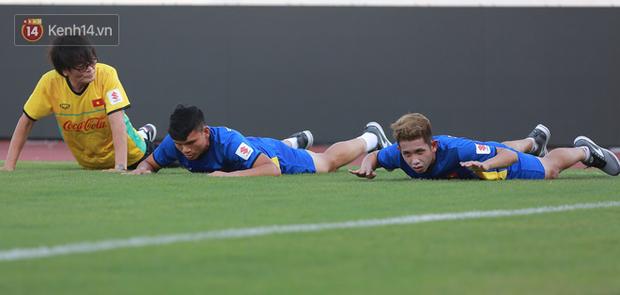 Hồng Duy Pinky dùng kem chống nắng, cười tươi trong buổi tập hồi phục cùng U23 Việt Nam - Ảnh 1.