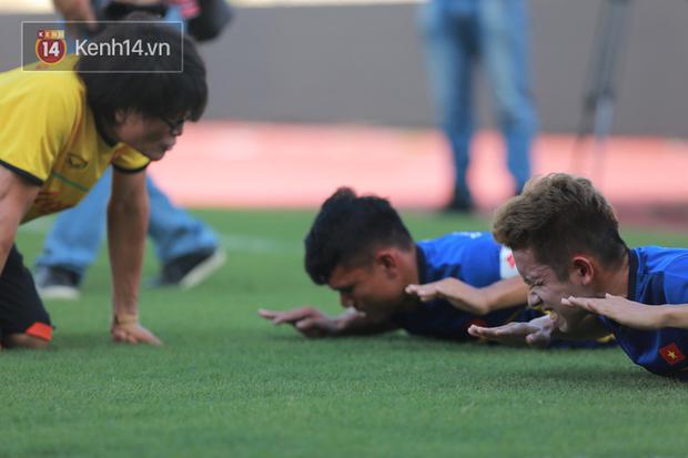 Hồng Duy Pinky dùng kem chống nắng, cười tươi trong buổi tập hồi phục cùng U23 Việt Nam - Ảnh 2.