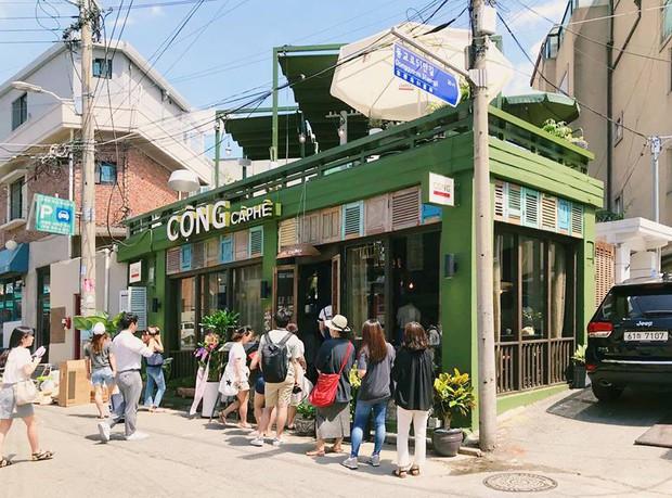 Cộng Cà phê trong ngày khai trương cửa hàng đầu tiên ở Hàn Quốc: Giới trẻ hào hứng xếp hàng dài chờ ghé thử - Ảnh 1.