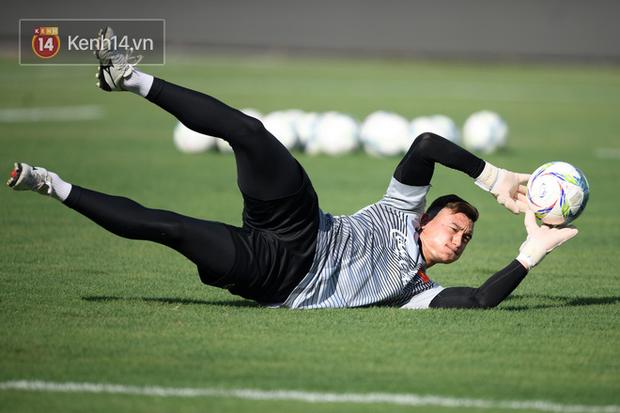 Hồng Duy Pinky dùng kem chống nắng, cười tươi trong buổi tập hồi phục cùng U23 Việt Nam - Ảnh 7.