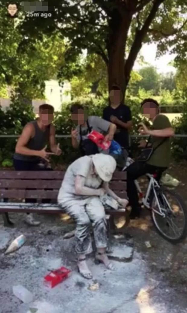 Anh quốc: Nhóm thanh niên ném bột mì và trứng vào người khuyết tật bị dọa giết, có người phải nhờ tới cảnh sát bảo vệ - Ảnh 1.