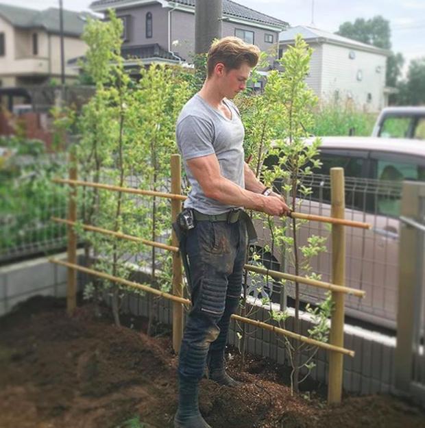 Gặp anh thợ làm vườn điển trai 6 múi thế này thì cô nàng nào cũng muốn về quê trồng rau hết cho xem! - Ảnh 11.