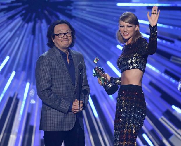 Chế nhạo BTS đánh son môi, Đạo diễn MV của Taylor Swift tích đủ gạch xây được Landmark81 cho bản thân - Ảnh 3.
