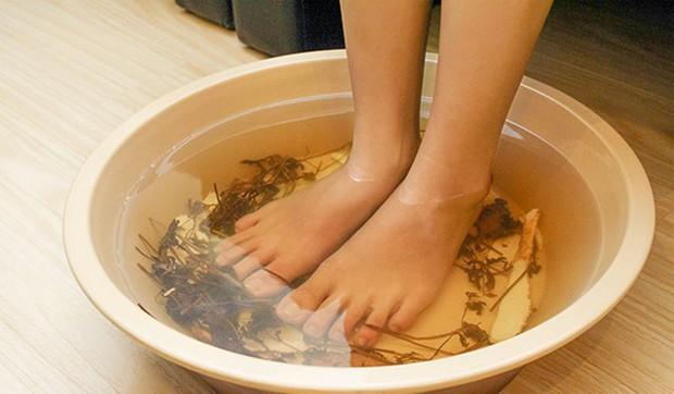 Hôi chân thường xuất hiện trong tiết trời nồm ẩm, làm thế nào để xử lý triệt để? - Ảnh 4.