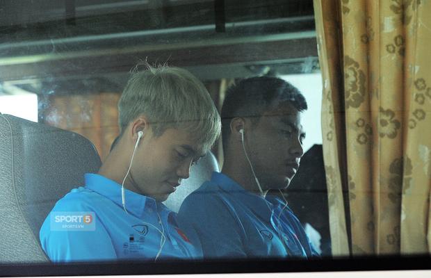 Khoảnh khắc đời thường của tuyển thủ Olympic Việt Nam trên xe buýt - Ảnh 8.