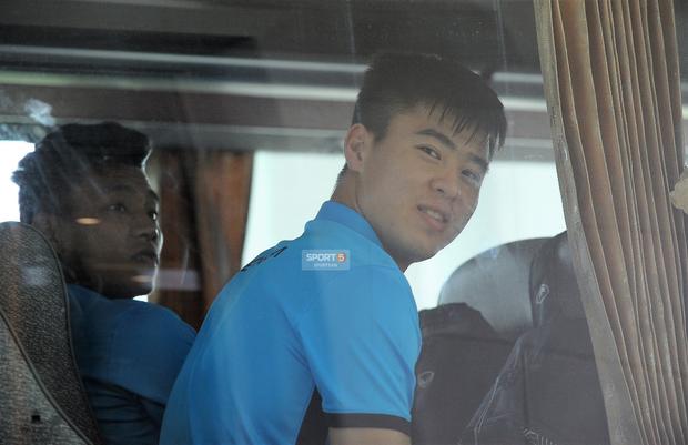 Khoảnh khắc đời thường của tuyển thủ Olympic Việt Nam trên xe buýt - Ảnh 9.