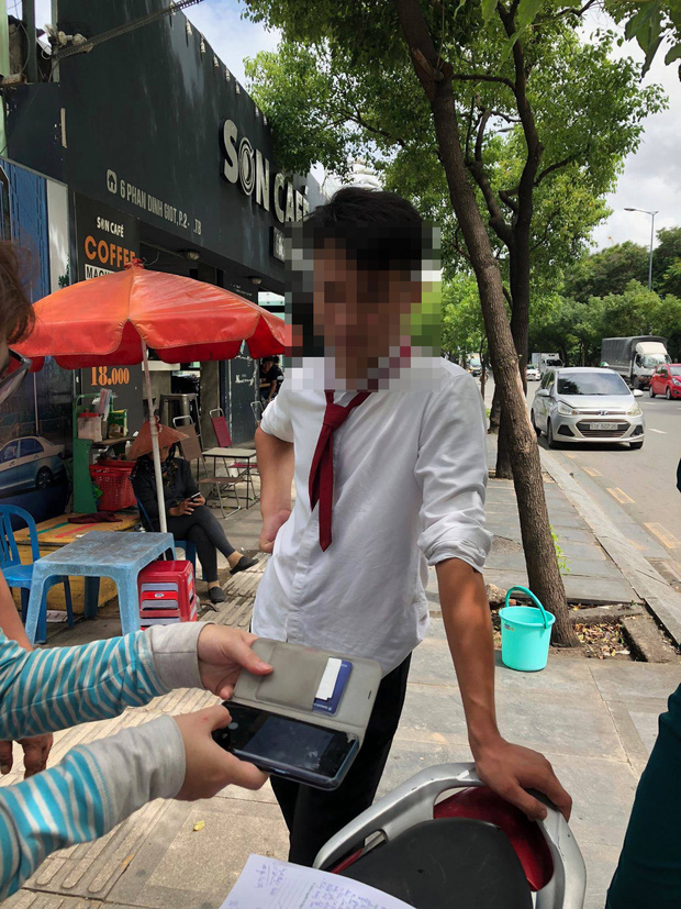 Tài xế hãng taxi Vinasun bị tố chạy ẩu, chửi bới và hành hung khách hàng giữa Sài Gòn - Ảnh 1.