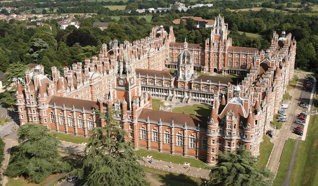 Choáng ngợp với sự nguy nga, tráng lệ của Đại học dành cho giới Hoàng gia Anh: Royal Holloway - Ảnh 1.