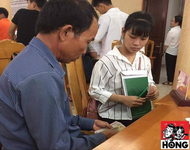 Hình ảnh cảm động: Đôi bàn tay đếm tiền lẻ cùng ánh mắt gửi trao hy vọng của bố ngày con nhập học - Ảnh 1.