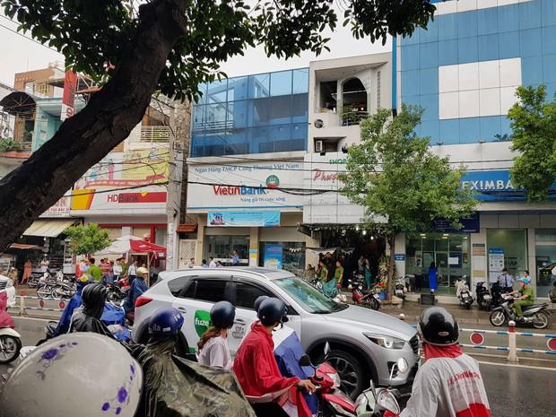 Xông vào ngân hàng ở Sài Gòn cướp 1 triệu đồng của khách, nam thanh niên bị bắt giữ khi đang xòe tiền ra đếm - Ảnh 2.