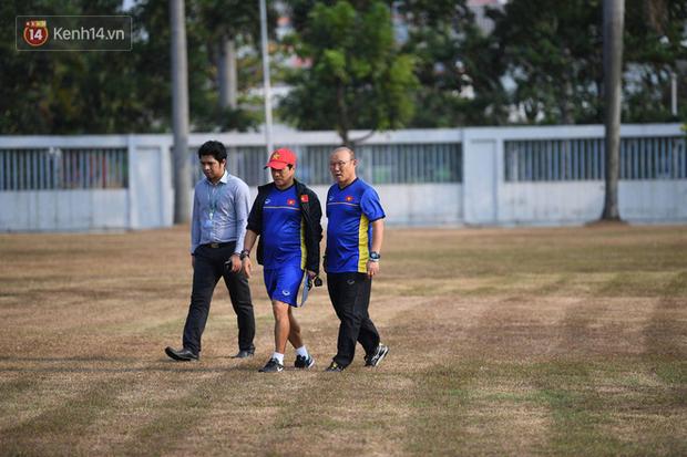 Olympic Việt Nam tập trên mặt sân xấu đến phát hờn, thầy trò HLV Park Hang Seo lo lắng - Ảnh 1.