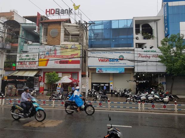 Xông vào ngân hàng ở Sài Gòn cướp 1 triệu đồng của khách, nam thanh niên bị bắt giữ khi đang xòe tiền ra đếm - Ảnh 1.