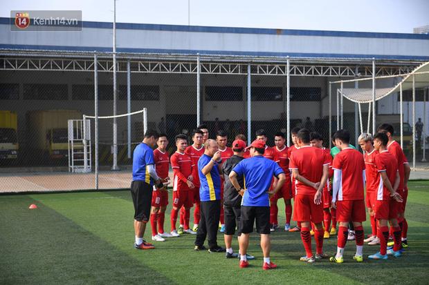 Olympic Việt Nam tập trên mặt sân xấu đến phát hờn, thầy trò HLV Park Hang Seo lo lắng - Ảnh 2.