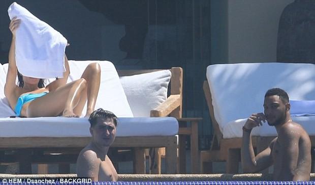 Kendall Jenner suýt hớ hênh vòng 1 trước ống kính khi chỉnh lại áo tắm - Ảnh 3.