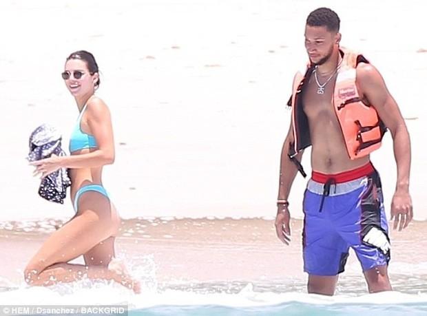 Kendall Jenner suýt hớ hênh vòng 1 trước ống kính khi chỉnh lại áo tắm - Ảnh 8.