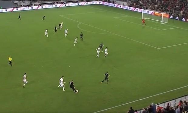 Thế giới bóng đá phát cuồng khi Rooney lăn xả cứu bóng rồi kiến tạo chiến thắng ở phút 96 - Ảnh 3.