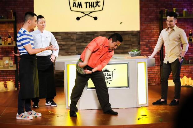 Chết cười với màn vẩy rau rơi hết ra ngoài của người chơi, MC gameshow ẩm thực - Ảnh 4.