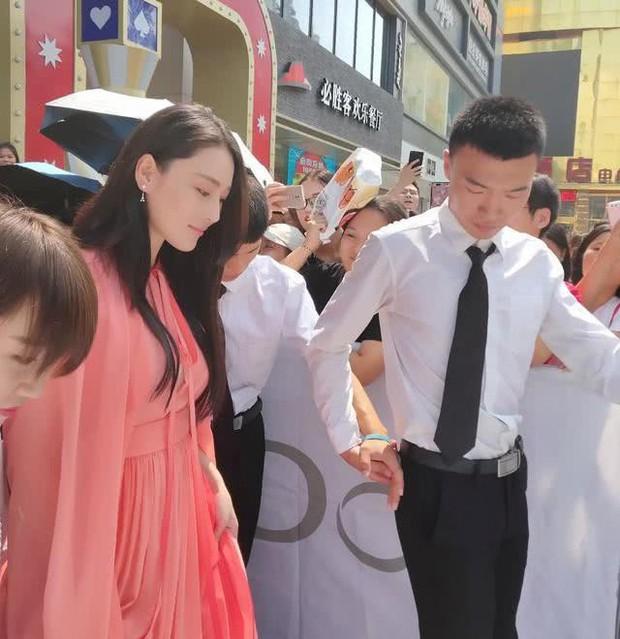 Chỉ 1 hành động, Trương Hinh Dư làm rộ nghi vấn cưới chạy bầu với sĩ quan quân đội  - Ảnh 4.