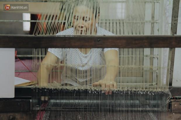 Người phụ nữ Hà Nội đầu tiên dệt lụa từ tơ sen: 4.800 cuống sen cho một chiếc khăn quàng cổ dài 1,7 mét - Ảnh 4.