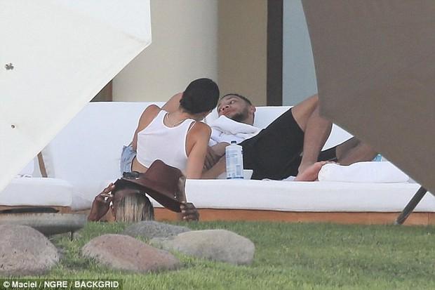 Ảnh chụp trộm chưa photoshop, đôi chân Kendall Jenner đã dài và đẹp đáng ghen tị! - Ảnh 2.