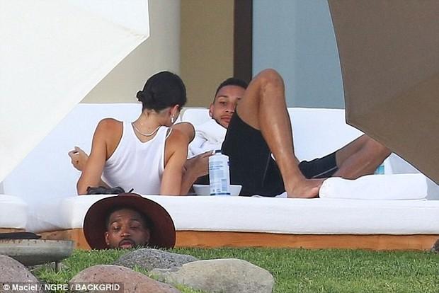 Ảnh chụp trộm chưa photoshop, đôi chân Kendall Jenner đã dài và đẹp đáng ghen tị! - Ảnh 5.