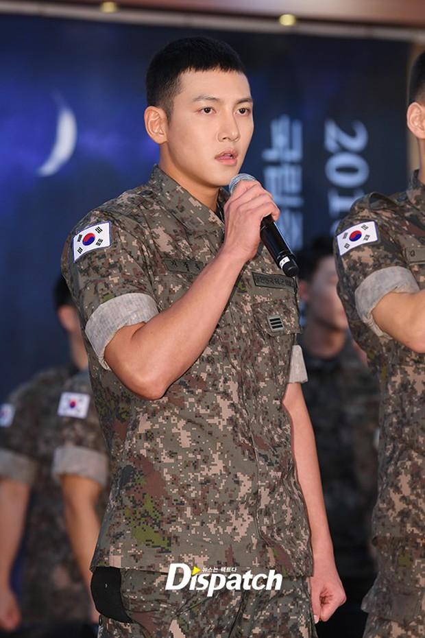 Để mặt mộc dự sự kiện quân đội, Ji Chang Wook gây xôn xao vì đẹp trai đến mức biến nam idol Kpop thành bạch tuộc - Ảnh 2.