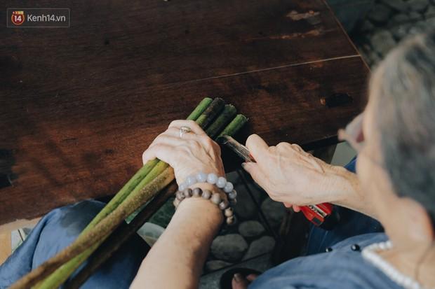 Người phụ nữ Hà Nội đầu tiên dệt lụa từ tơ sen: 4.800 cuống sen cho một chiếc khăn quàng cổ dài 1,7 mét - Ảnh 7.