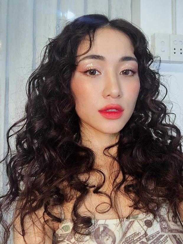 Chán làm nàng thơ dịu dàng, Hòa Minzy biến thành nàng tiên cá mì xào giòn với mái tóc xoăn nhất từ trước đến nay  - Ảnh 4.