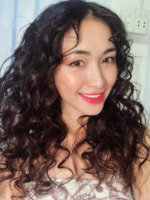 Chán làm nàng thơ dịu dàng, Hòa Minzy biến thành nàng tiên cá mì xào giòn với mái tóc xoăn nhất từ trước đến nay  - Ảnh 6.